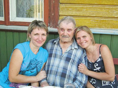 Александр Иванович с внучками Татьяной и Натальей