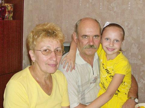 Василий Александрович ТЕЛЕШ с женой и внучкой